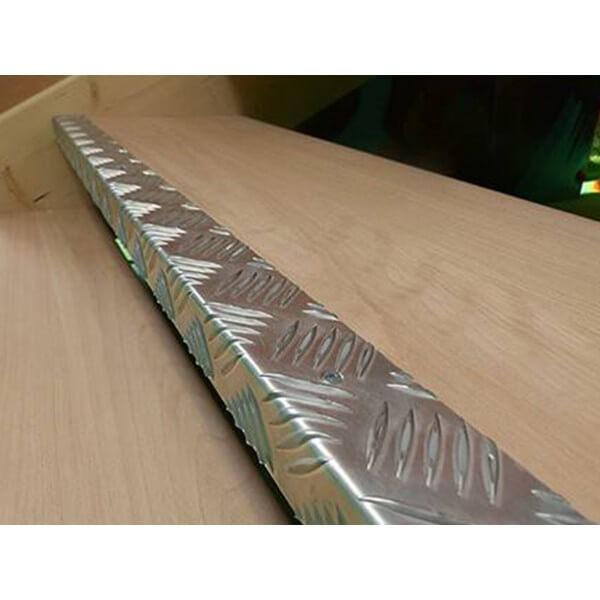 Nez de marche intérieur antidérapants en aluminium larmé en équerre s'adaptant parfaitement à la forme de la marche