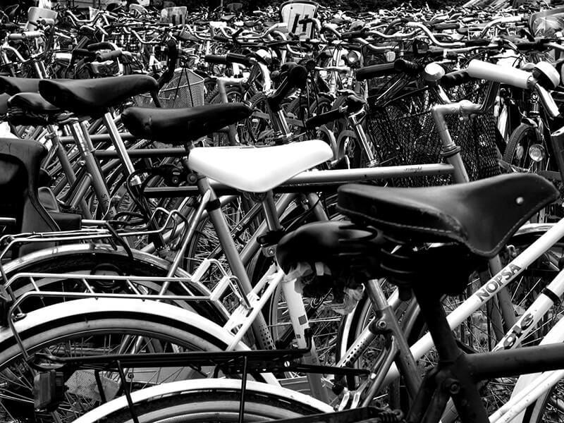 foule de vélos dans parc à vélos