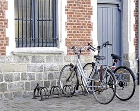 range vélo devant maison