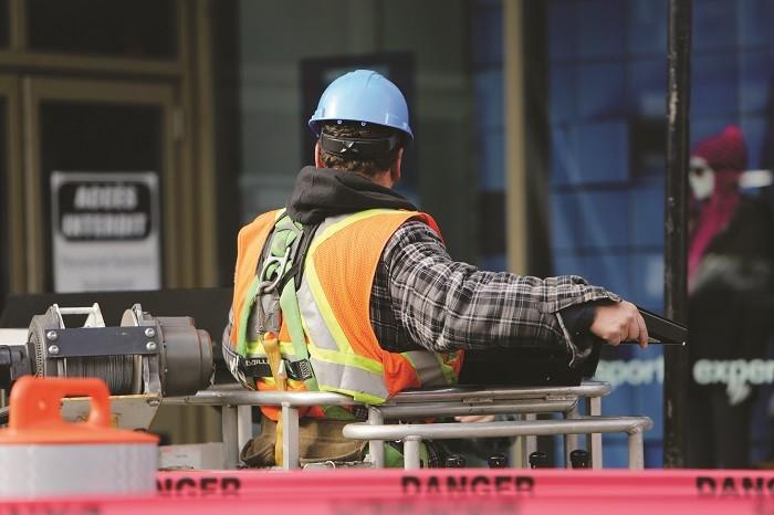 Ouvrier portant un casque