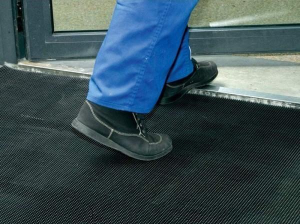 Chaussures et tapis à picots et bords arrondis