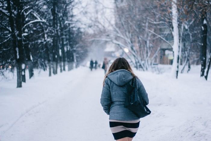 Promeneuse dans la neige