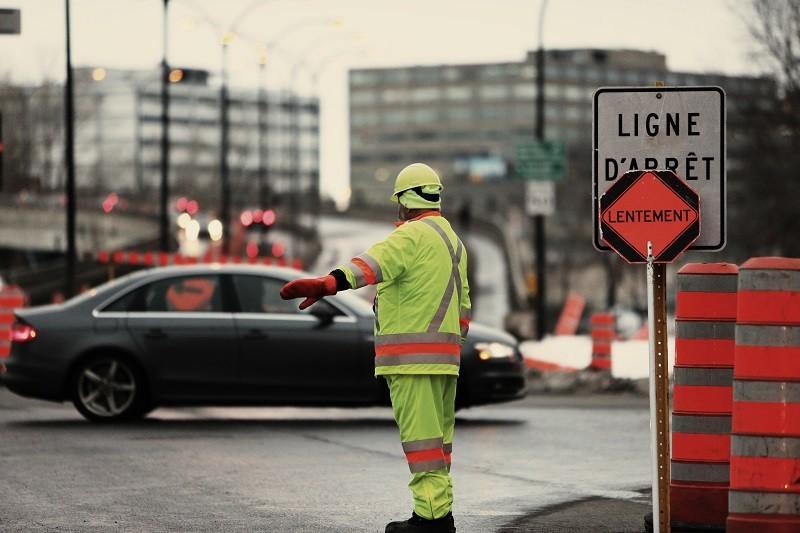 Ouvrier travaillant sur la voie publique