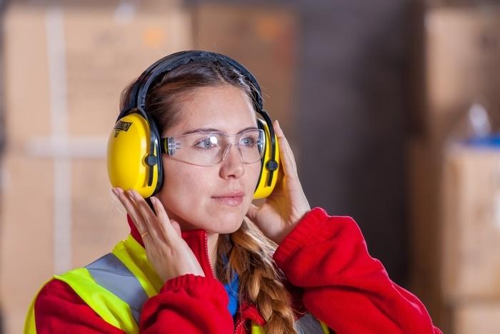 Femme portant des lunettes de protection et un casque antibruit