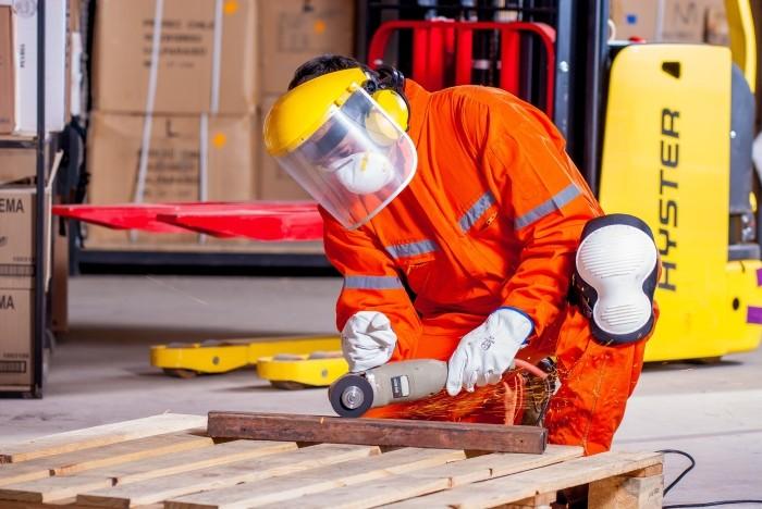 Ouvrier portant un masque de protection
