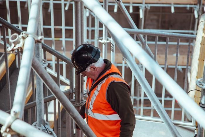 Ouvrier portant un casque sur un chantier