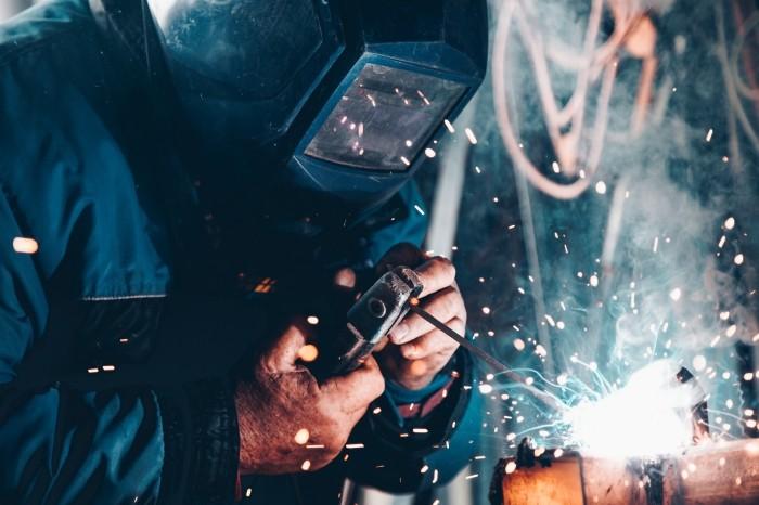 Ouvrier travaillant avec un casque protégeant son visage