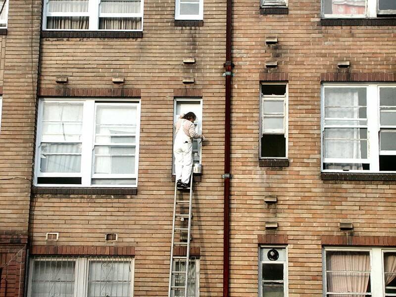 homme travaillant sur escaliers peinture
