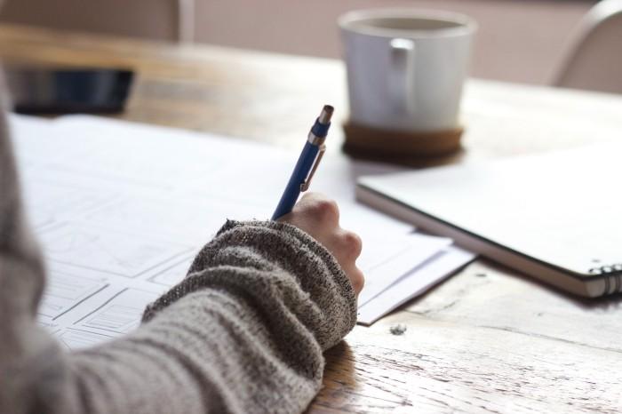 Personne en train d'écrire