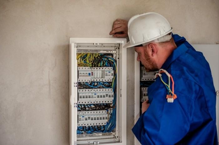 Électricien vérifiant une installation électrique