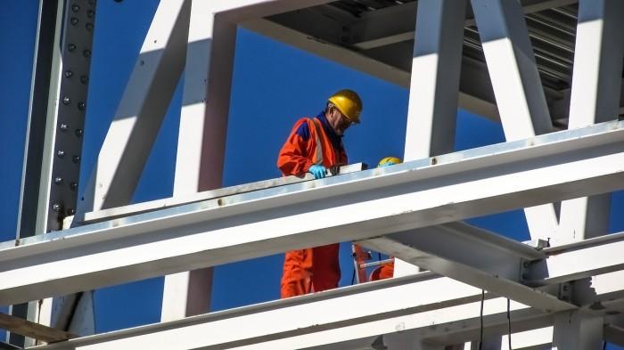 Travailleur en hauteur portant un casque