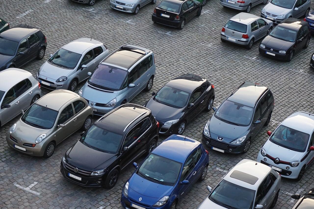 Voitures stationnées sur un parking